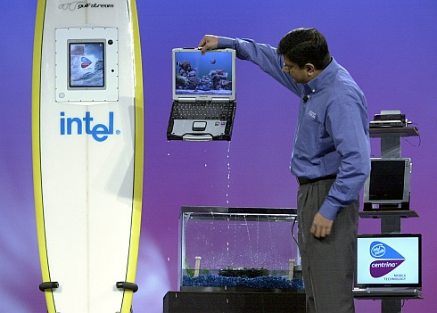 Intels Anand Chandrasekher haalt waterdichte Centrino-notebook uit watertank