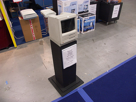 DID 2004: Macintosh SE visitekaartjesdeponeerbak