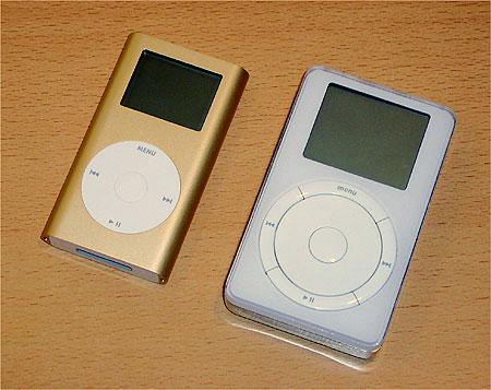 Apple iPod Mini naast de oorspronkelijke iPod (rechts)