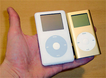 Apple iPod v4 en Mini (rechts) in dezelfde hand