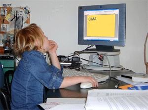 Kind achter computer