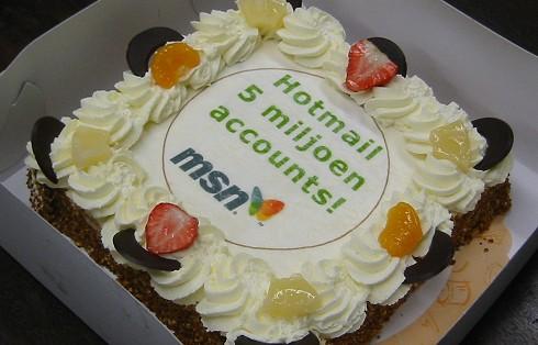 MSN Hotmail 5 miljoen accounts - taart op kantoor