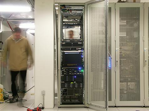 Redbus-verhuizing: Tweakers.net rack @ Redbus (featuring Kees als Ghostman)