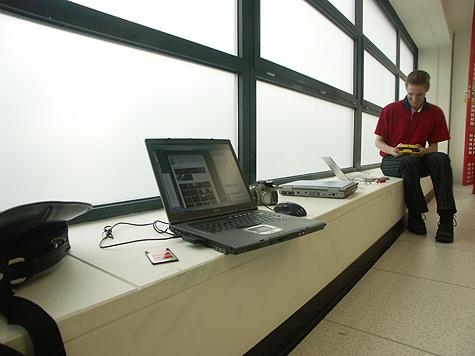 Redbus-verhuizing: Laptop en Roelant langs raam