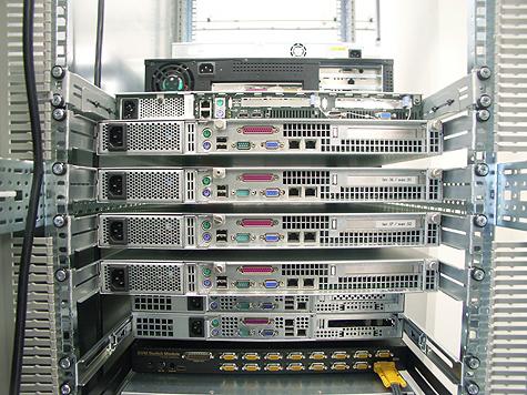 Redbus-verhuizing: webservers, load balancers en LCD KVM switch achterzijde