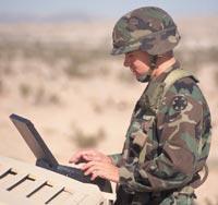 soldaat met laptop