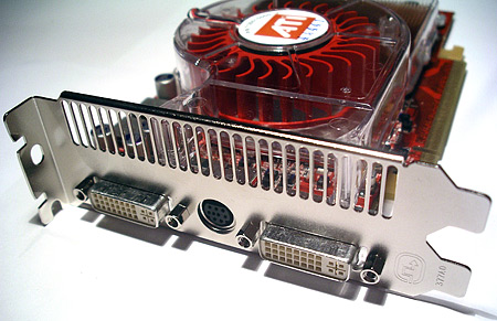 Close-up van de video-aansluitingen van de Radeon X850 XT PE