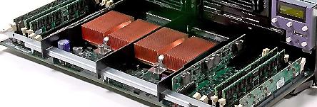 Twee cpu's uit de Fire V40z met de geheugenbanken ernaast