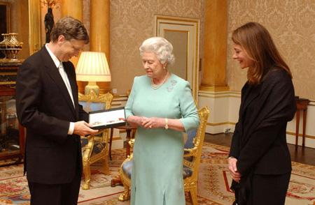 Bill Gates tot ridder geslagen - Bill Gates (l) en Queen Elizabeth II (m) Melissa Gates (r)