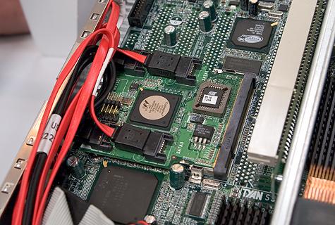 CeBIT 2005: Tyan moederbord met gevuld Taro-slot