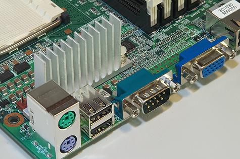 Iwill DK8ES VGA-aansluiting en USB 2.0-poorten