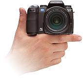 Konica Minolta Dynax 5D op hand (klein)