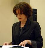 Staatssecretaris Medy van der Laan consumeert informatie