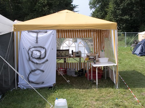 Campzone 2005 - T@C-partytent met ingang