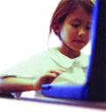 Kind met computer achter het internet