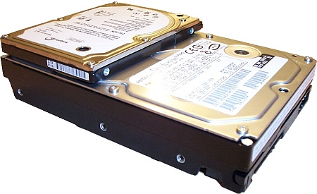 2,5-inch notebook harddiskje op rug van grote desktopbroer