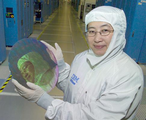 IBM-medewerker met een wafer met Cell-chips