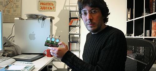 Artemy Lebedev met Optimus mini three keyboard-proefmodel