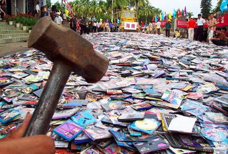 Vernietiging van illegale cd's in China