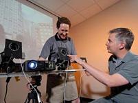Onderzoekers met prototype 'camera neutralizing technology'