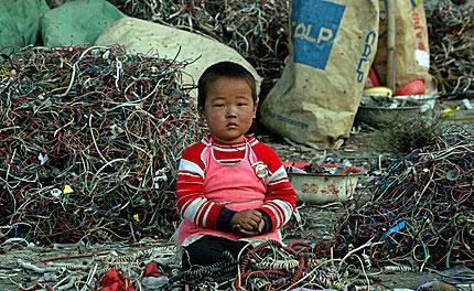 Chinees kind temidden van computerafval