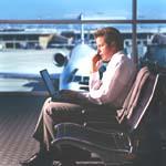 Laptop-gebruiker op vliegveld