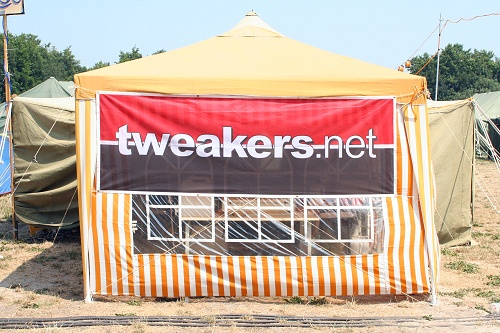 Campzone 2006 - Partytent met T.net-vlag