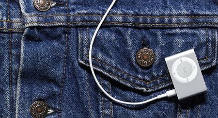 iPod shuffle met clip aan jeans