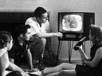 Gezin bij televisie in de jaren vijftig
