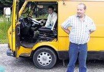 Willem van Barneveld voor zijn Geocache-bus