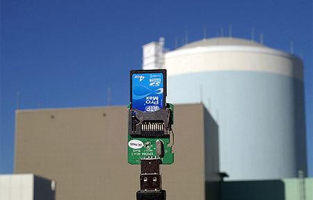 Kerncentrale met flashgeheugenkaartje op de voorgrond