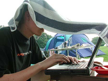 Femme gefreakt op de camping