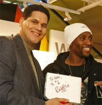 Reggie Fils-Aime (links)