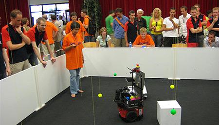 RoboChallenge 2007: wedstrijd aan de gang met NHL-robot op de voorgrond