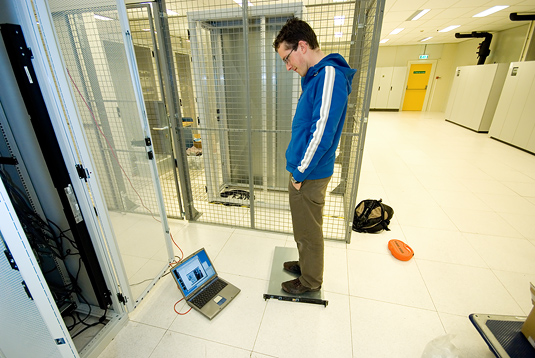 Serverhuizing 30 juni 2007: Dani�l stampt op loadbalancer