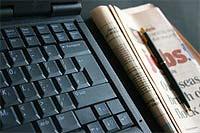 Krant naast laptop
