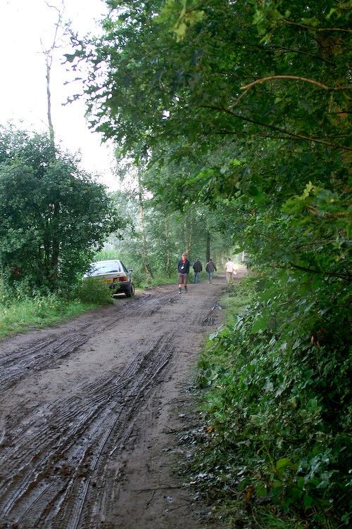 Campzone 2007 - modderige weg naar het terrein