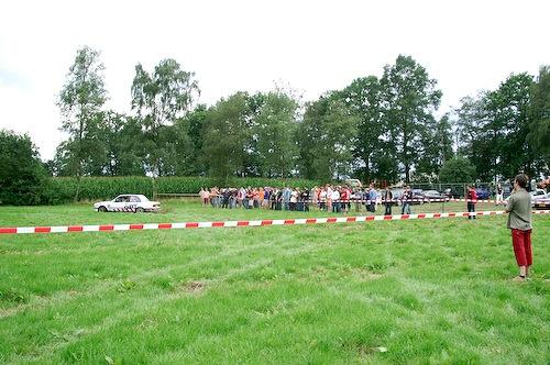 Campzone 2007 - toegestroomde bezoekers kijken naar de rallyauto