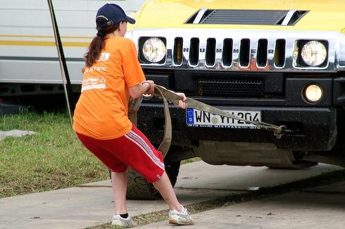 Campzone 2007 - dame trekt een auto