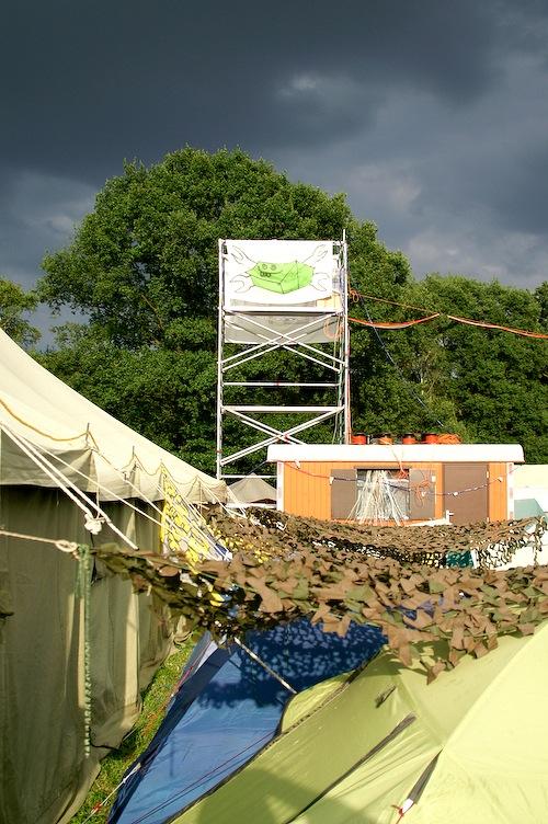 Campzone 2007 - vlag van T@C met donkere wolken