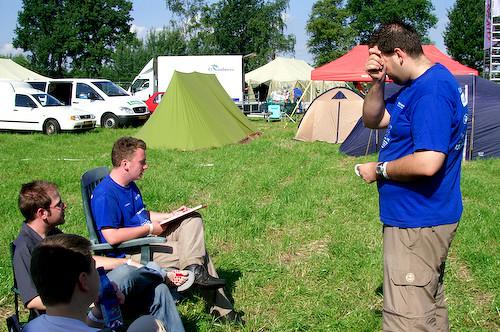 Campzone 2007 - overleg over de indeling van de tent