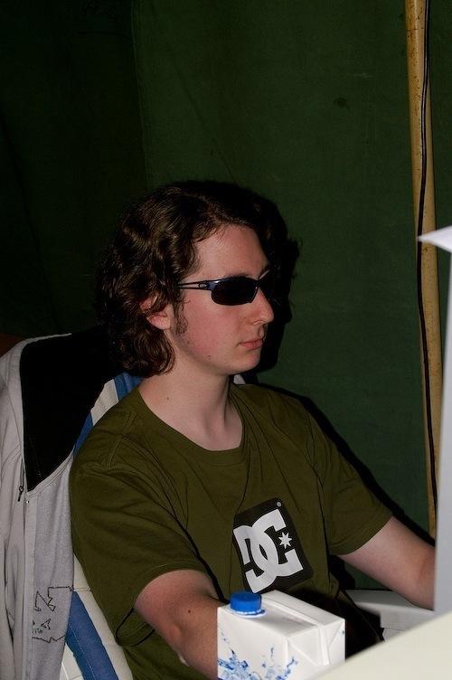 Campzone 2007 - met zonnebril achter de pc