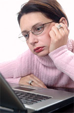 Meisje achter computer verveeld