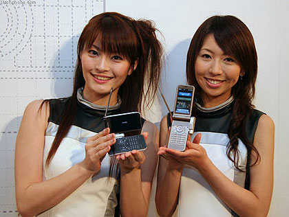 Japanse dames tonen nieuw mobieltje