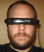 Reviewer met Vuzix iWear VR920 op zijn hoofd
