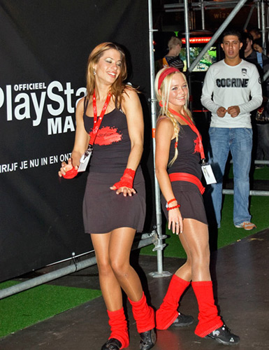 Dansende PlayStation boothbabes