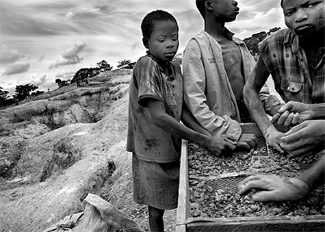 Kinderarbeid bij een mijn in Afrika
