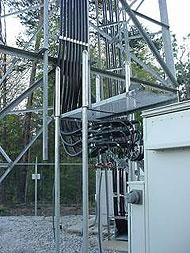 Kabels bij zendmast voor mobiele telefonie
