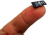 Microsd-kaartje op vingertop