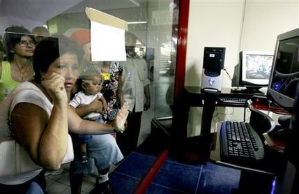 Cubanen kijken naar desktopcomuters